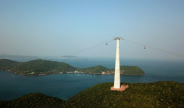 The route uses the three-rope cable car technology which is the safest and most modern in the world. | nhandan.com.vn