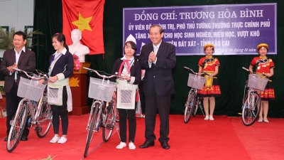 Ethnic minority students presented with bicycles
