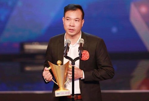 Hoang Xuan Vinh receives Cup of Victory as best athlete