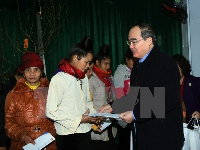 Front leader gives Tet gifts to poor households in Son La