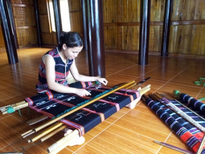 Ta Oi ethnic weaving recognised as national intangible cultural heritage