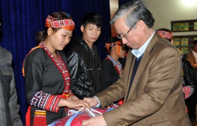 Party, State leaders present Tet gifts to needy people