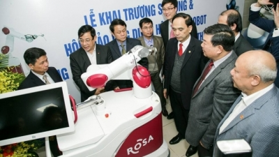 Bach Mai Hospital launches robot systems for joint and neurological surgeries