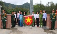 Vice President pays floral tribute to martyrs in Con Dao