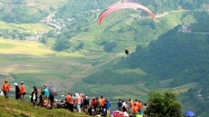 Over 110 pilots join paragliding festival in Yen Bai