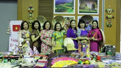 Vietnamese culture introduced at tea party in Laos