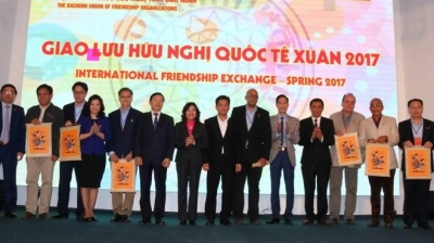 Spring journey fosters friendship with foreign diplomats