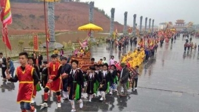 Visitors flocks to Tay Thien festival