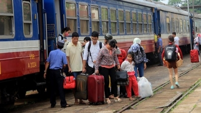 Vietnamese airlines, rail firms offer extra services for upcoming holidays