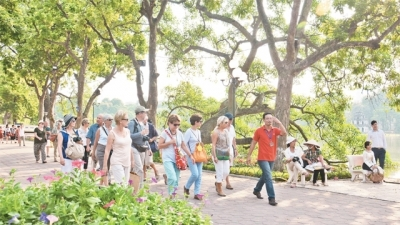 Tourist sites attract big crowds during four-day holiday