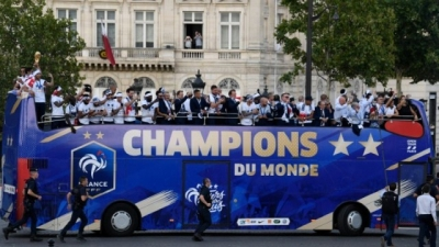 French fans give hero welcome to 'Les Bleus' World Cup champions