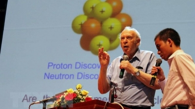 Nobel laureate discusses quark particle with Vietnamese students