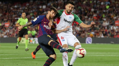 Clever Messi free kick helps Barca to opening win