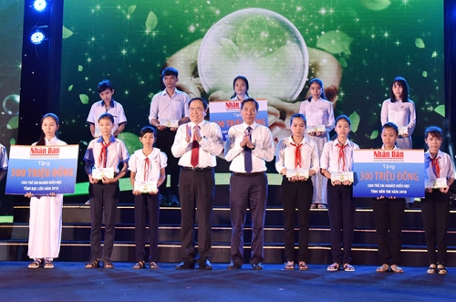 Vietnamese Seeds Fund presents scholarships to needy students in Mekong Delta region
