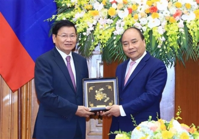 PM Nguyen Xuan Phuc greets Lao counterpart on sidelines of WEF ASEAN