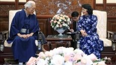 Acting President Dang Thi Ngoc Thinh receives Japanese grand tea master