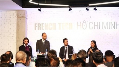 French PM attends France-Vietnam technological business forum