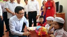 Deputy PM Vu Duc Dam honours teachers in Ha Tinh province