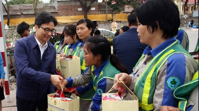 Deputy PM presents gifts to workers in Bac Giang