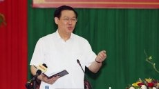 Deputy Prime Minister Vuong Dinh Hue works with Tra Vinh leaders
