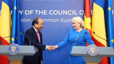 PMs of Vietnam, Romania hold joint press conference