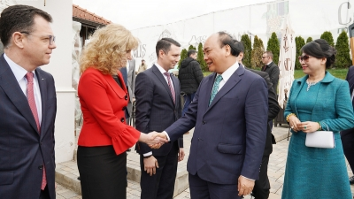 PM Nguyen Xuan Phuc seeks to boost local cooperation with Romania