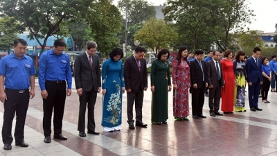 Hanoi leaders pay floral tribute at Lenin statue