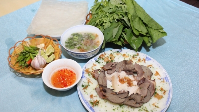 Banh hoi long heo (fine rice vermicelli cake with pig tripe)