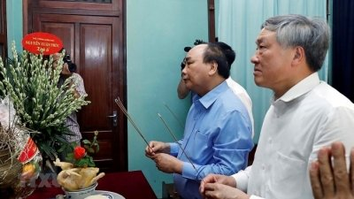 Prime Minister offers incense in tribute to President Ho Chi Minh