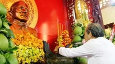 Deputy PM offers incense to President Ton Duc Thang