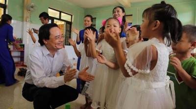 Education minister joins flood affected students in belated new school-year ceremonies