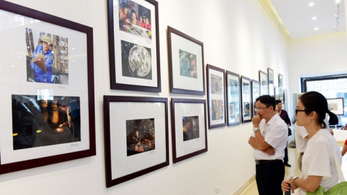 Photo exhibition reveals beautiful moments in Hanoi