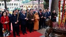 Party, State officials offer incense at Thang Long Royal Citadel