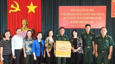 Vice President presents gifts to Dat Mui border guards
