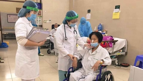 """Special"" life of white-shirted soldiers in Bach Mai Hospital"