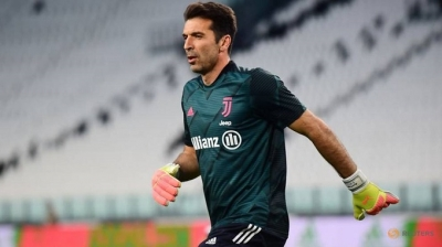Buffon and Chiellini sign one-year deals with Juventus