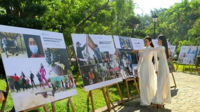 Photo exhibition highlights Vietnam's Covid-19 prevention and control