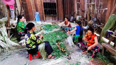 The craft of linen weaving of the H'mong people in Lung Tam