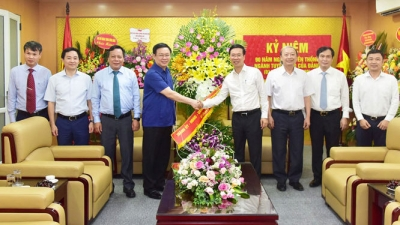 Hanoi's Party leader congratulates communications and education sector