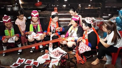 Red Dao ethnic women promote their traditional weaving craft in Dak Nong
