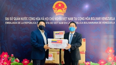 Vietnam presents medical equipment to Venezuela