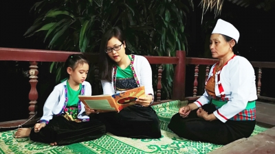 Young teacher fuels interest in learning English among ethnic students