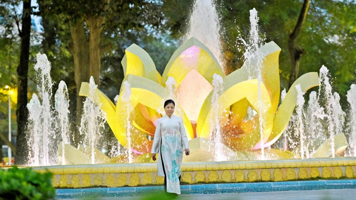 Painter Nguyen Thu Thuy and her Hanoi Lotus Fountain Project at Mai Xuan Thuong flower garden, which was given an honourable mention at the eighth IDA in 2015